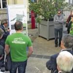 Présentation du PLU de Sèvres dans la cour d'honneur de la mairie. Des habitants, en tee-shirt vert, font pression pour préserver les coteaux de la densification.
