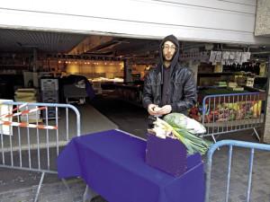 Le premier samedi du confinement, des commerçants livrent sur le marché de Sèvres des commandes passées sur Internet.